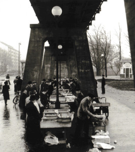 Torghandel under järnvägsbron i Olskroken